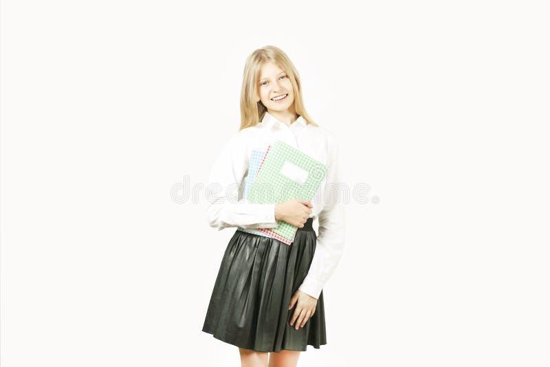 La jeune belle fille de modèle d'adolescent posant au-dessus du blanc a isolé le fond montrant des expressions du visage émotives image libre de droits