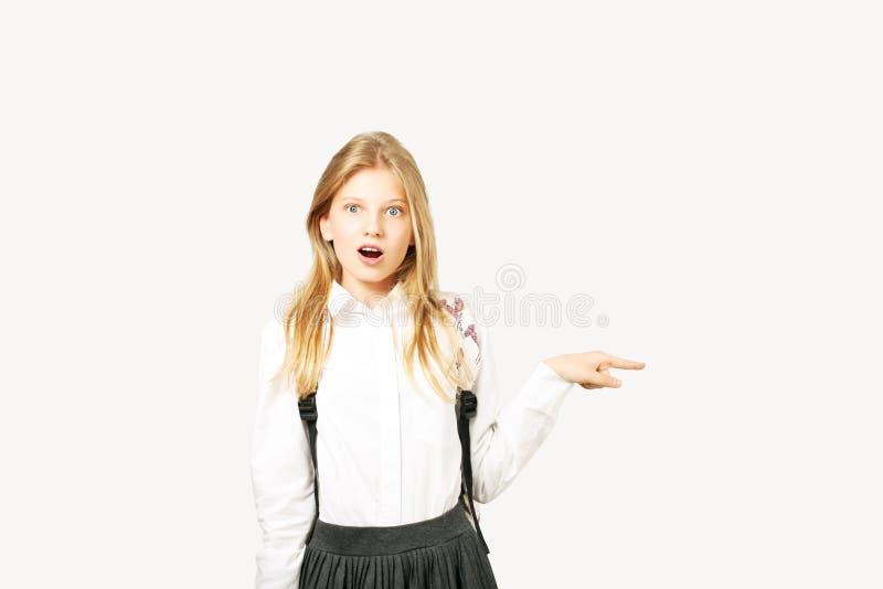 La jeune belle fille de modèle d'adolescent posant au-dessus du blanc a isolé le fond montrant des expressions du visage émotives photos stock