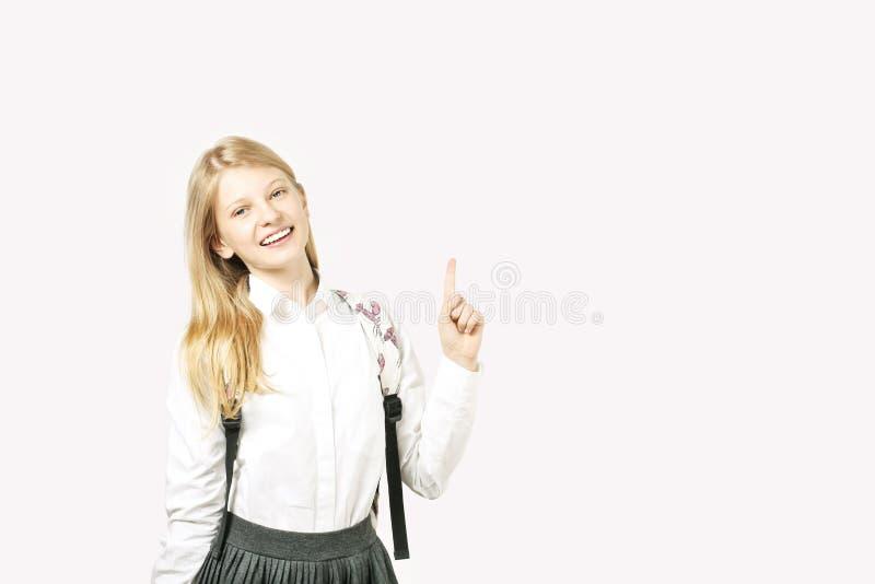 La jeune belle fille de modèle d'adolescent posant au-dessus du blanc a isolé le fond montrant des expressions du visage émotives image stock