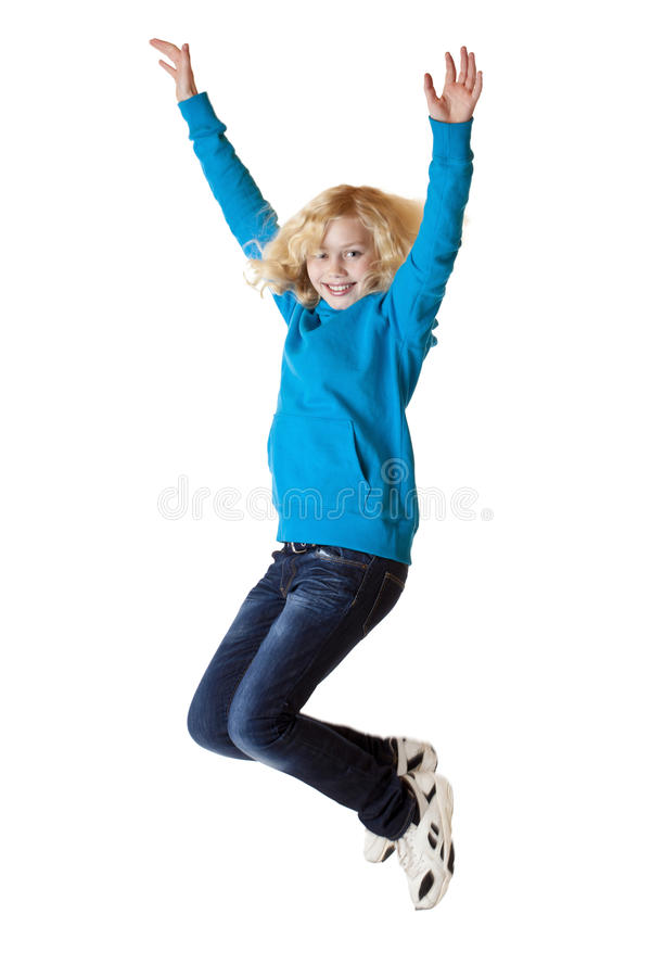La jeune belle fille heureuse saute dans le ciel. photo stock