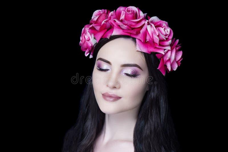 La jeune belle fille, les fleurs accessoires massives couronnent, fermé rêveur de grands yeux images stock