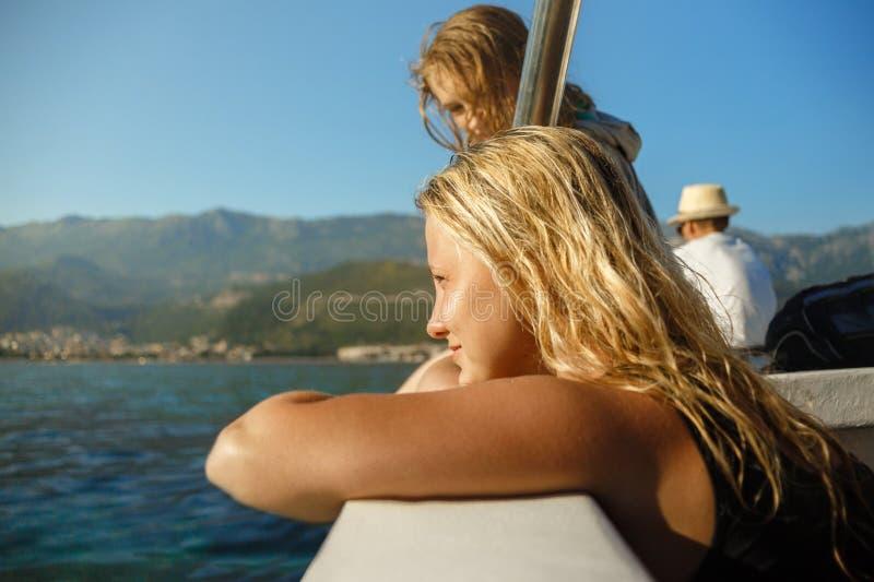 La jeune belle fille regarde la mer photos stock