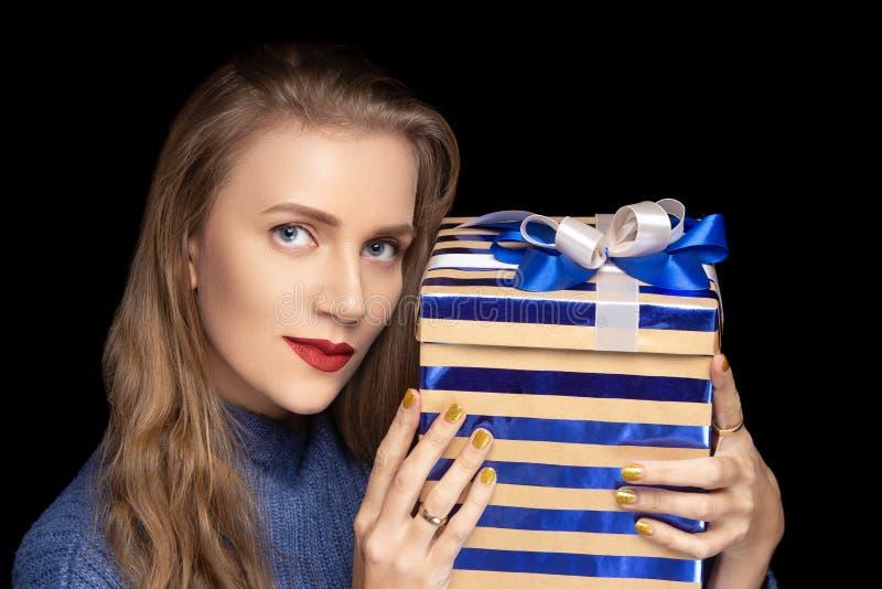 La jeune belle fille tient le grand boîte-cadeau photos libres de droits