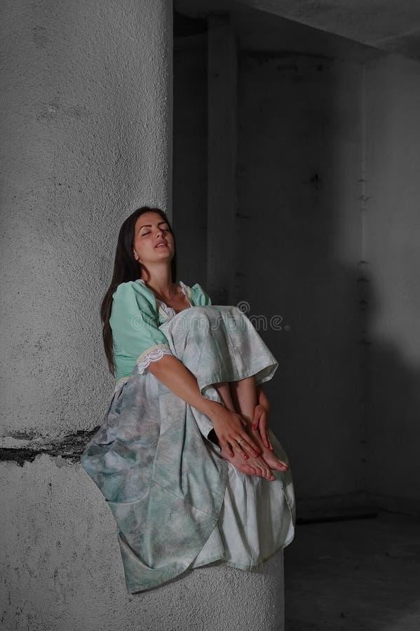 La jeune dame modèle s'est habillée dans des vêtements médiévaux 2 image stock