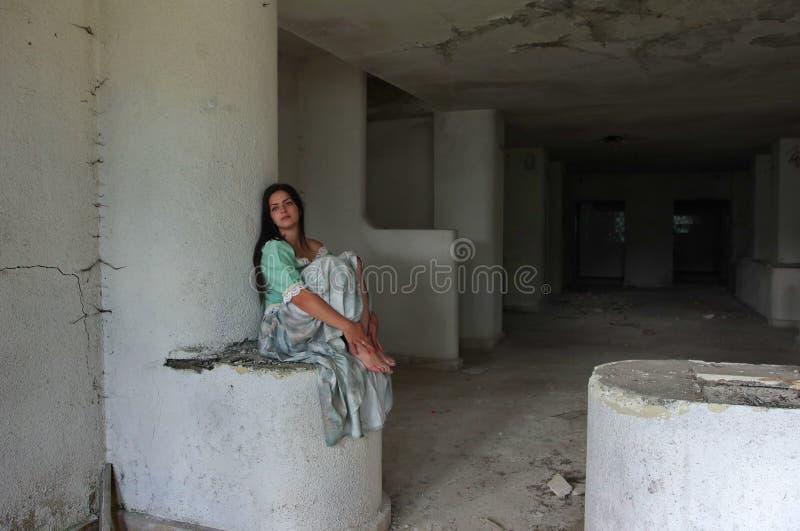 La jeune dame modèle s'est habillée dans des vêtements médiévaux 3 photo libre de droits
