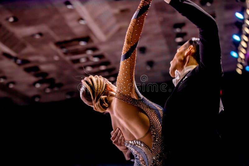 La jeune danse de couples folâtre la danse de salon photographie stock