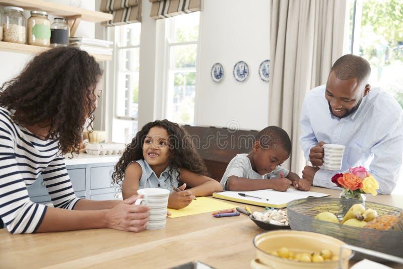 La jeune famille noire ensemble dans leur cuisine, se ferment  images libres de droits