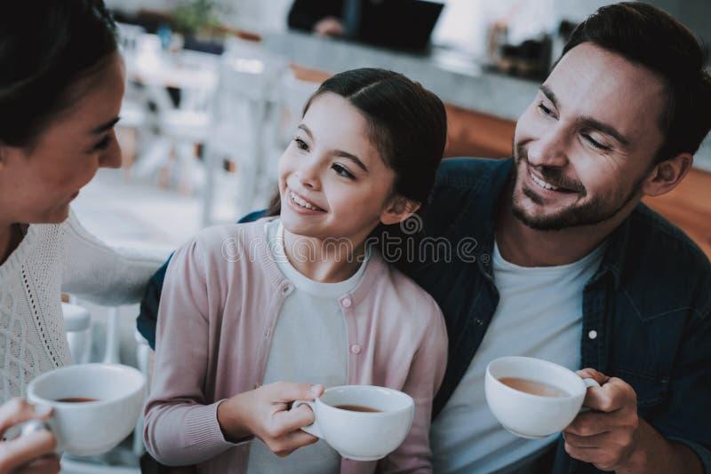 La jeune famille se repose en café photos libres de droits
