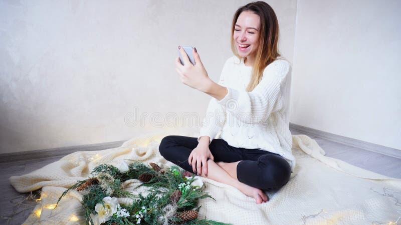 La jeune femelle de attirance communique avec l'ami dans le skype utilisant le MOIS images stock