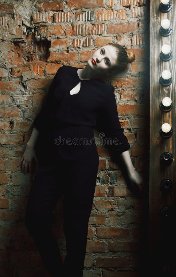 La jeune femme élégante composent dans la chambre avec le miroir, diva que l'actrice soit photos stock