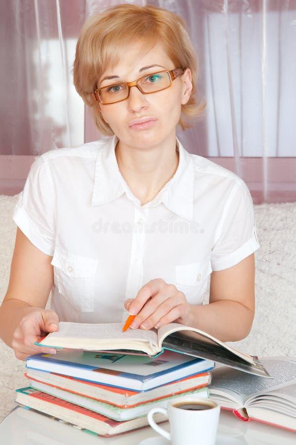 La jeune femme affiche le livre photographie stock