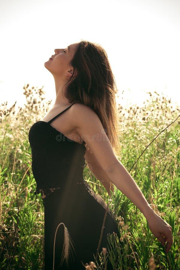 La jeune femme apprécient en été photographie stock libre de droits