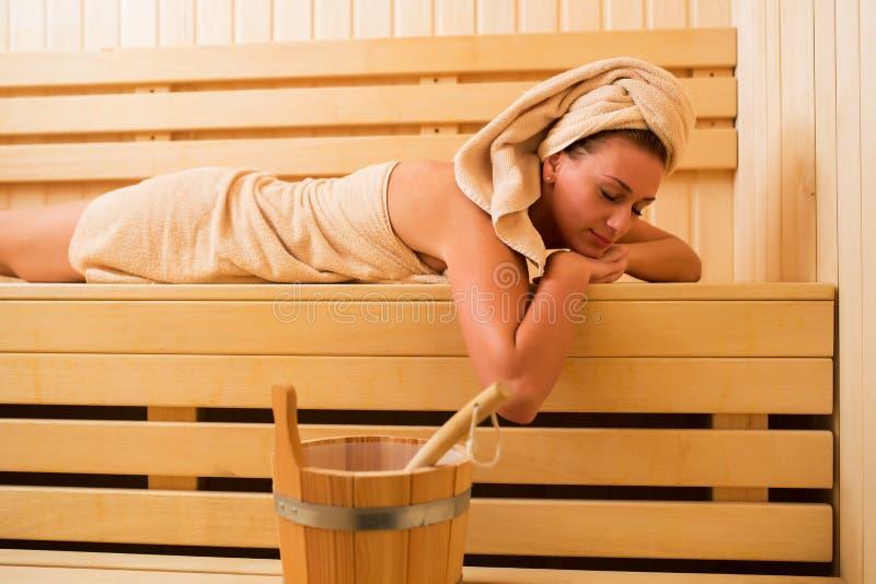 La jeune femme apprécient et détendent au centre de station thermale images libres de droits