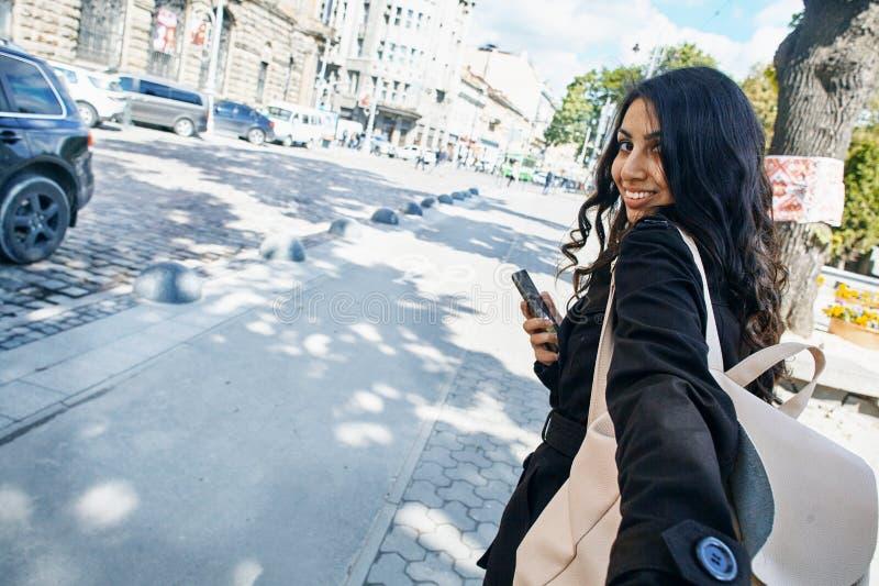 La jeune femme arabe vous traîne en voyage Concept de touristes photographie stock libre de droits