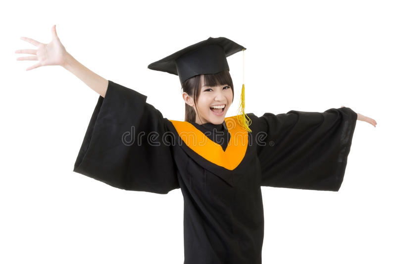 La jeune femme asiatique d'obtention du diplôme est heureuse photographie stock