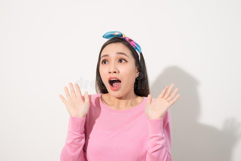 La jeune femme asiatique dans l'?motion ?tonnante, visage recherchent en haut avec la bouche ouverte et les mains, ?motives du co photos stock