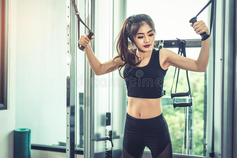 La jeune femme asiatique faisant la corde élastique s'exerce à la forme physique croisée photographie stock libre de droits