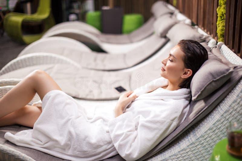 La jeune femme attirante dort dans les toilettes images libres de droits