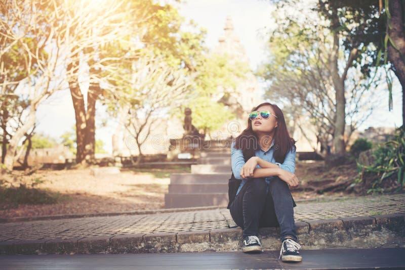 La jeune femme attirante en prennent qui se repose tout en voyageant au phno photos libres de droits