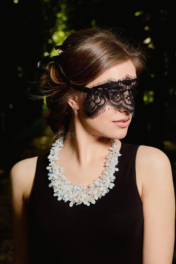 La jeune femme attirante porte la robe noire transparente sexy Portrait moderne de jeune femme photographie stock