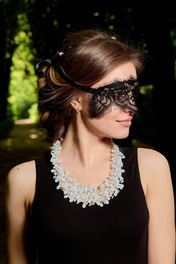 La jeune femme attirante porte la robe noire transparente sexy Portrait moderne de jeune femme image libre de droits
