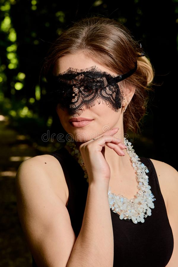 La jeune femme attirante porte la robe noire transparente sexy Portrait moderne de jeune femme images libres de droits