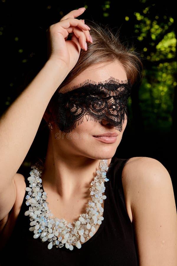 La jeune femme attirante porte la robe noire transparente sexy Portrait moderne de jeune femme photos stock