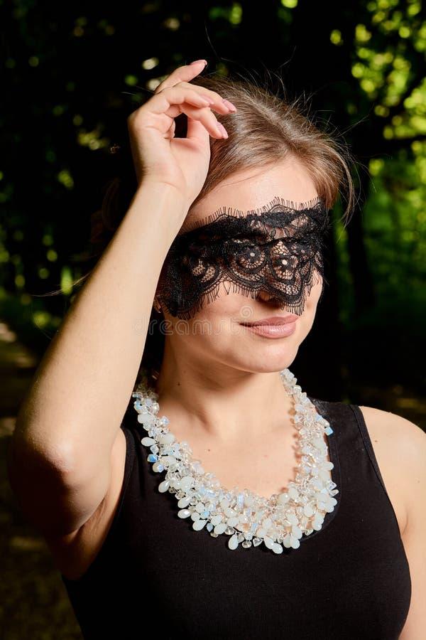 La jeune femme attirante porte la robe noire transparente sexy Portrait moderne de jeune femme photos libres de droits
