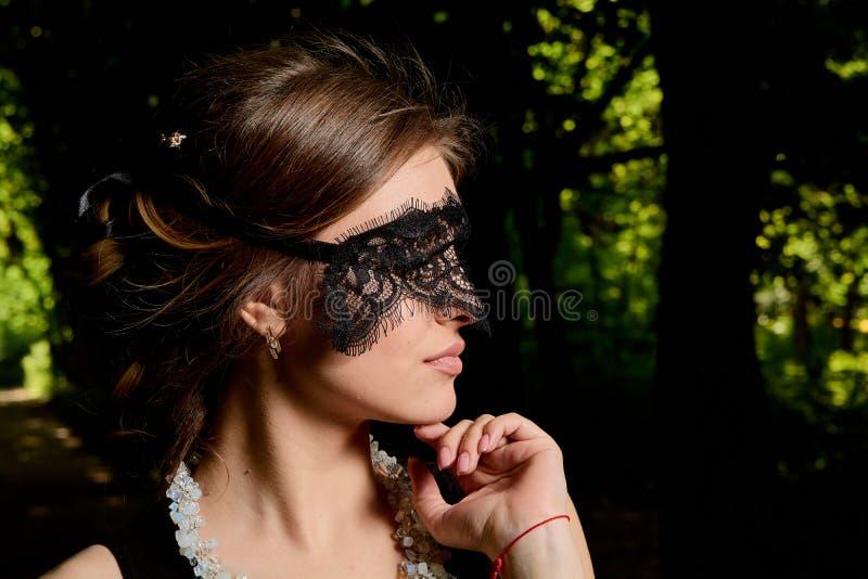 La jeune femme attirante porte la robe noire transparente sexy Portrait moderne de jeune femme image stock