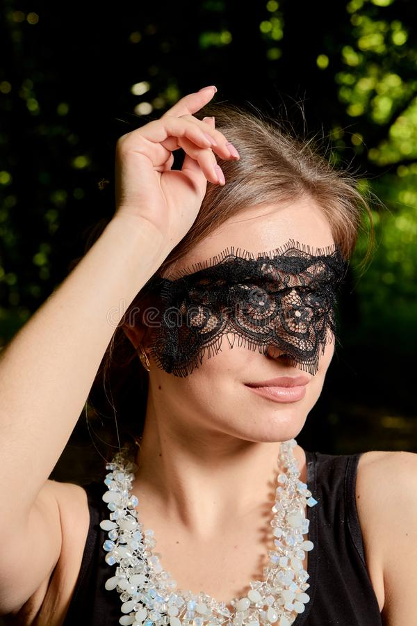 La jeune femme attirante porte la robe noire transparente sexy Portrait moderne de jeune femme images stock