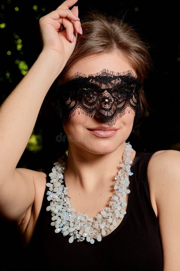 La jeune femme attirante porte la robe noire transparente sexy Portrait moderne de jeune femme photo libre de droits