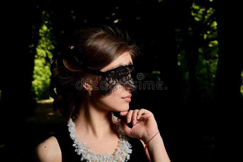 La jeune femme attirante porte la robe noire transparente sexy Portrait moderne de jeune femme photographie stock libre de droits