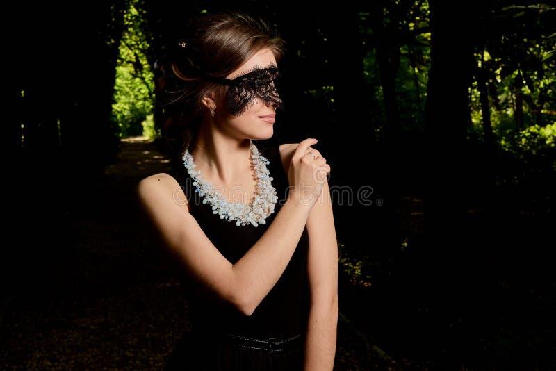 La jeune femme attirante porte la robe noire transparente sexy Portrait moderne de jeune femme photo stock