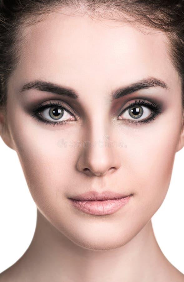 La jeune femme avec le smokey observe le maquillage images stock