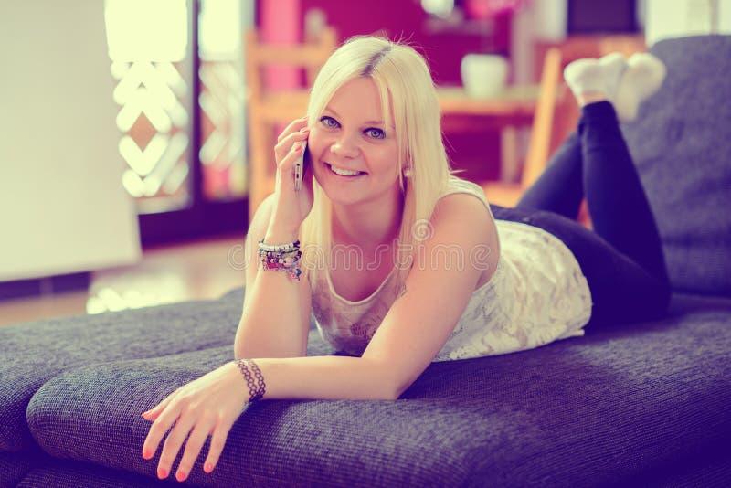 La jeune femme blonde appelle image stock