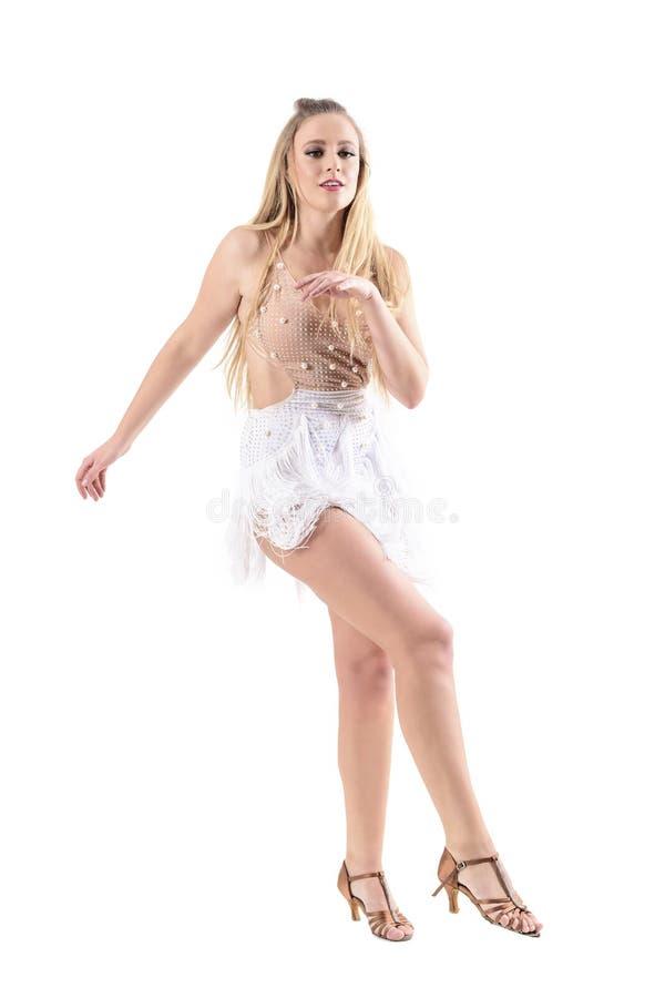 La jeune femme blonde attirante féminine dansant le latino professionnel danse photographie stock libre de droits