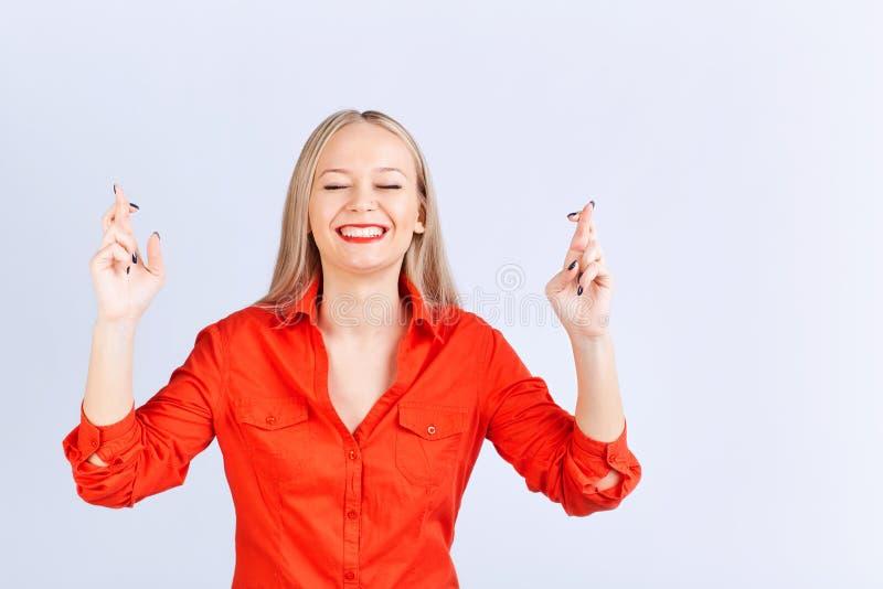 La jeune femme blonde dans des vêtements sport avec une émotion positive font photo stock