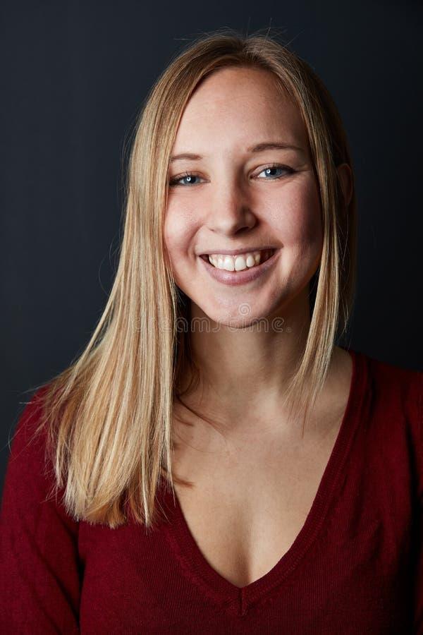 La jeune femme blonde heureuse sourit images stock