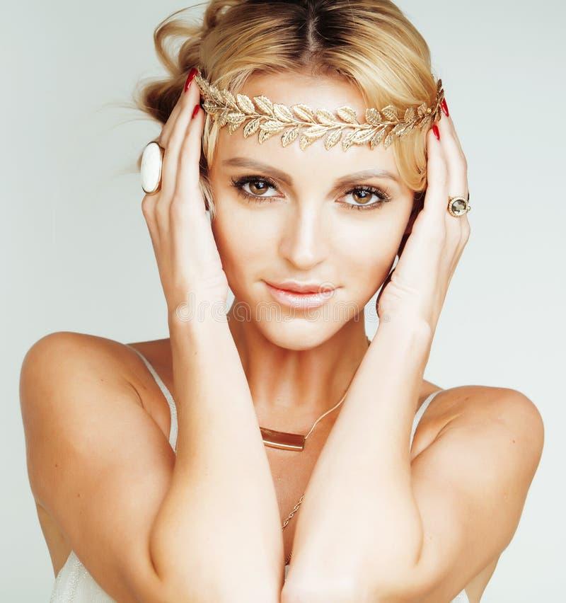 La jeune femme blonde s'est habillée comme la déesse du grec ancien, fin de bijoux d'or d'isolement photo libre de droits