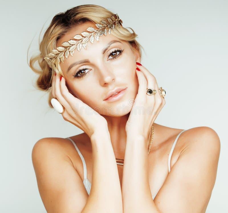 La jeune femme blonde s'est habillée comme la déesse du grec ancien, fin de bijoux d'or d'isolement image libre de droits
