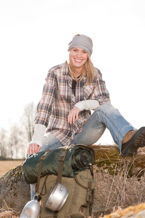 La jeune femme campante dans le sac à dos de campagne détendent photographie stock libre de droits