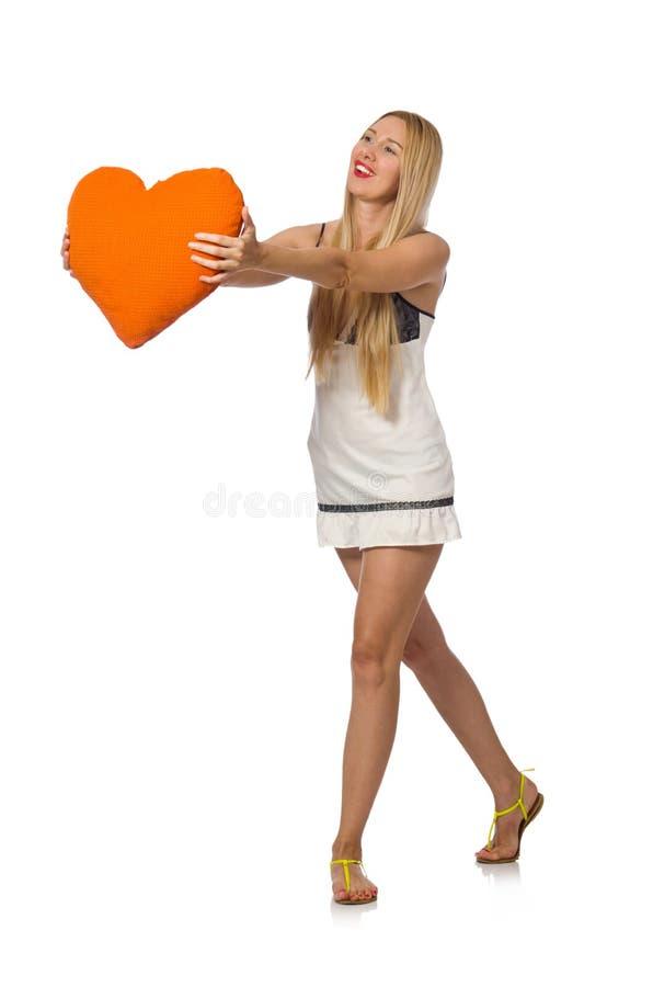 La jeune femme caucasienne tenant le coussin orange sur le blanc photo libre de droits