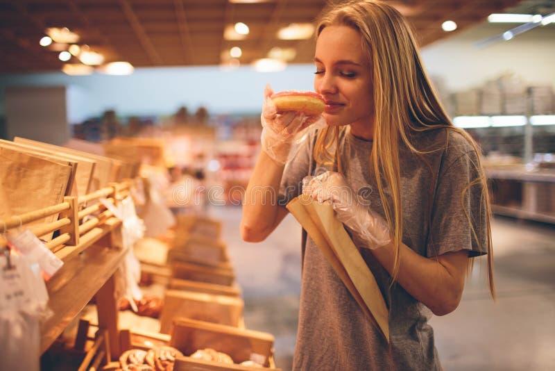 La jeune femme choisit le pain de stock photo libre de droits