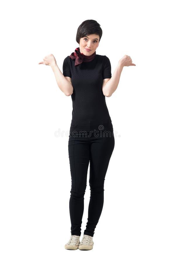 La jeune femme confuse de cheveux courts hésitent à montrer que les pouces ou les pouces font des gestes vers le bas photos stock