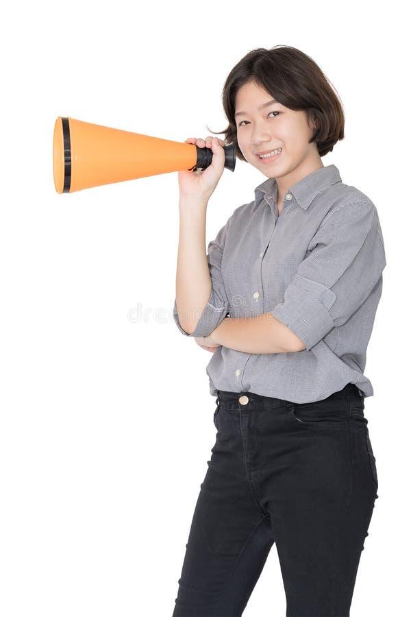 La jeune femme criant pour annoncent par un mégaphone photos stock