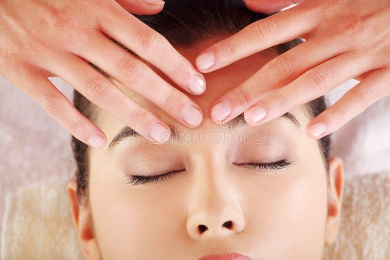 La jeune femme décontractée ont plaisir à recevoir le massage photo stock