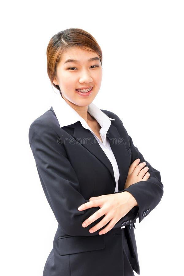 La jeune femme d'affaires avec des mains a replié le fond blanc photo libre de droits