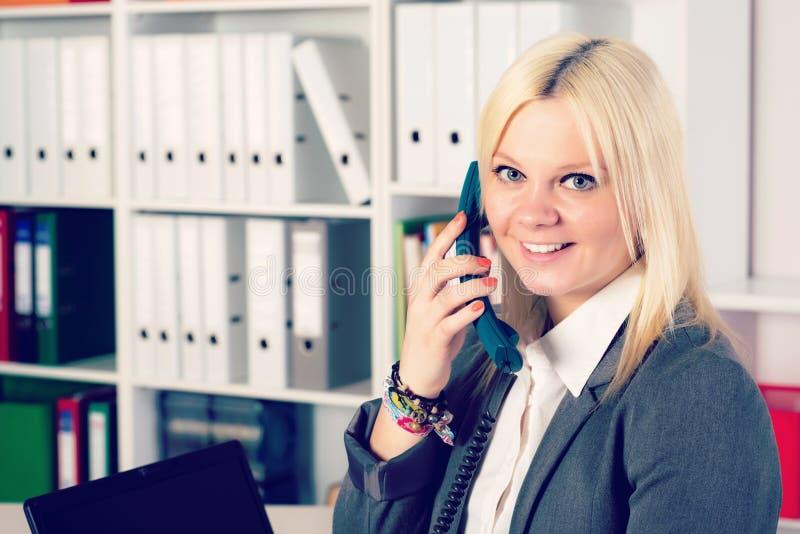 La jeune femme d'affaires blonde appelle photographie stock libre de droits