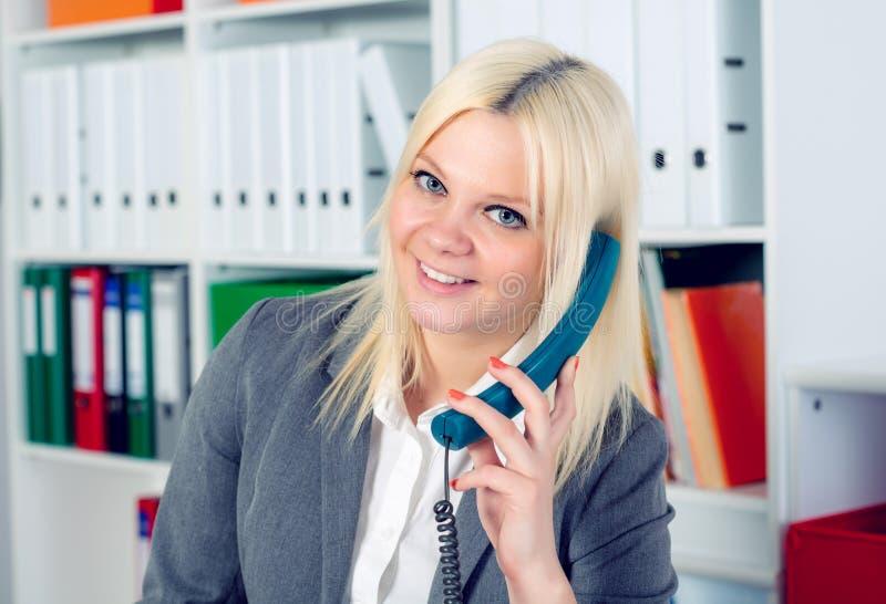 La jeune femme d'affaires blonde appelle photographie stock