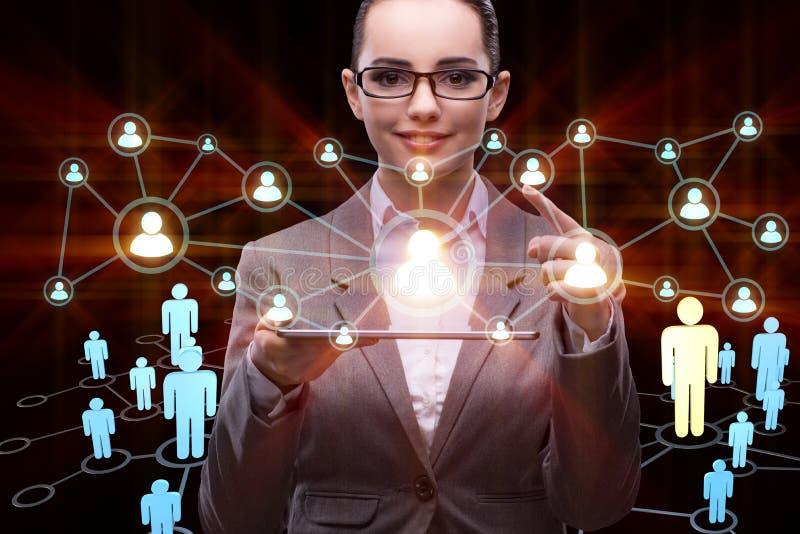 La jeune femme d'affaires dans le concept social de réseaux photo stock